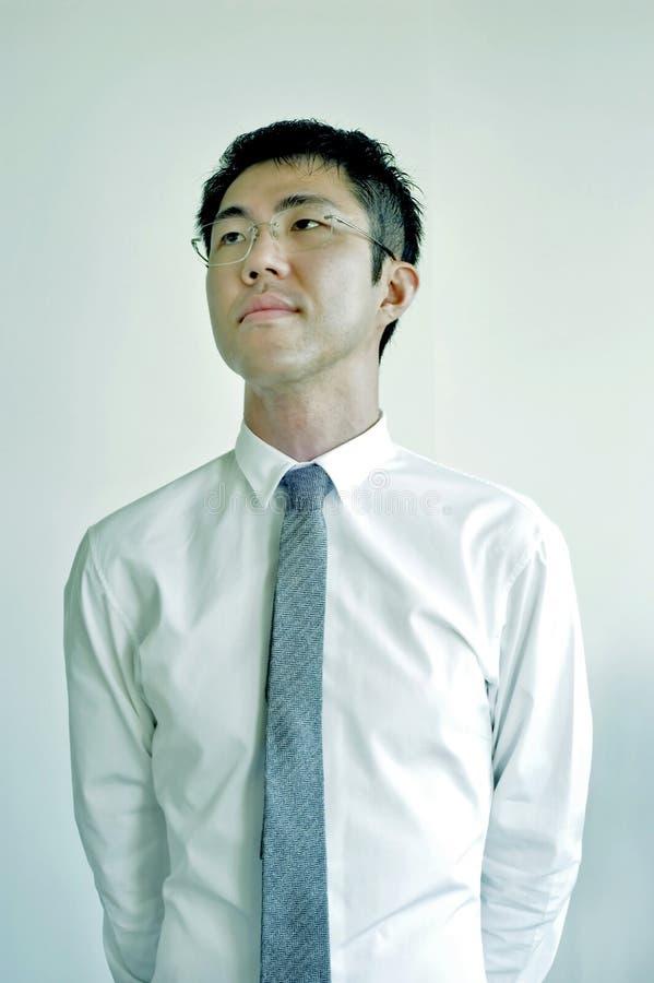 Ο νέος ασιατικός επιχειρηματίας ακούει στοκ εικόνα με δικαίωμα ελεύθερης χρήσης