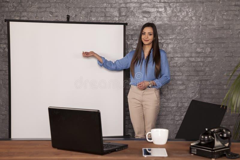 Ο νέος γραμματέας παρουσιάζει κενή θέση για τη διαφήμιση στοκ εικόνες με δικαίωμα ελεύθερης χρήσης