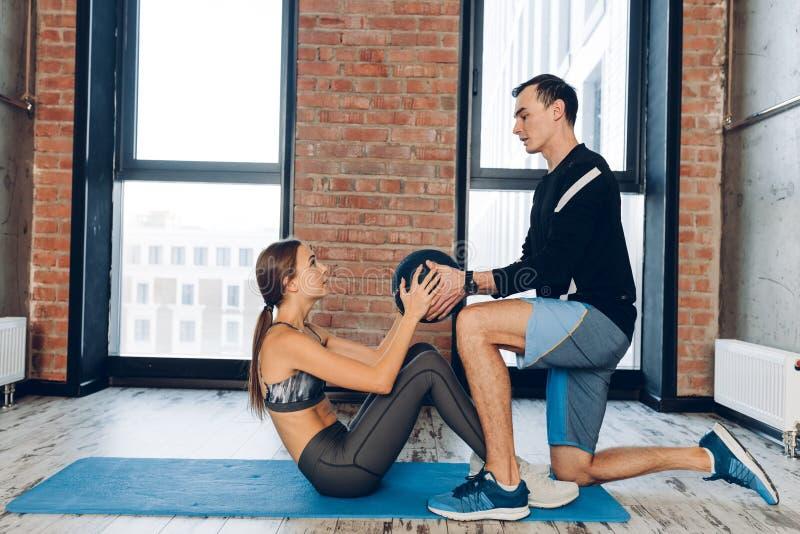 Ο νέος ενεργός αθλητής κάνει τις ασκήσεις με μια σφαίρα στοκ φωτογραφία με δικαίωμα ελεύθερης χρήσης