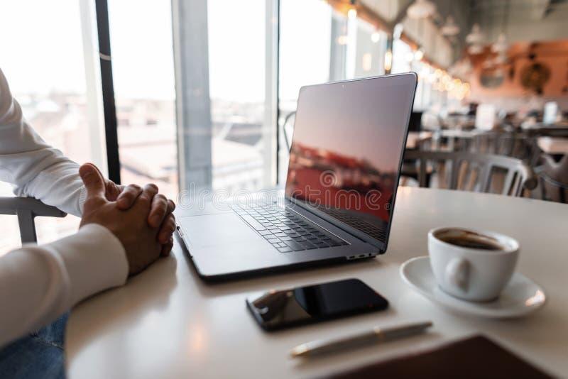 Ο νέος επαγγελματικός επιχειρηματίας στηρίζεται τη συνεδρίαση στον εργασιακό χώρο του σε έναν πίνακα με ένα lap-top μια ημέρα άνο στοκ φωτογραφία με δικαίωμα ελεύθερης χρήσης