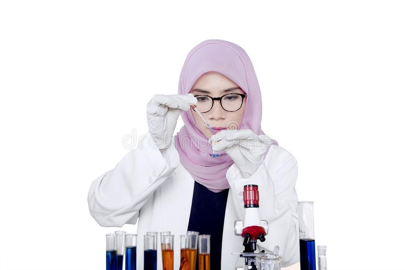 Ο νέος επιστήμονας κάνει τη χημική έρευνα στοκ εικόνα με δικαίωμα ελεύθερης χρήσης