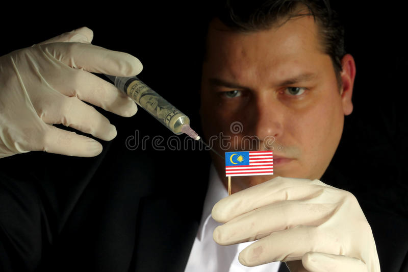 Ο νέος επιχειρηματίας δίνει μια οικονομική έγχυση στη μαλαισιανή σημαία που απομονώνεται στο μαύρο υπόβαθρο στοκ φωτογραφίες με δικαίωμα ελεύθερης χρήσης