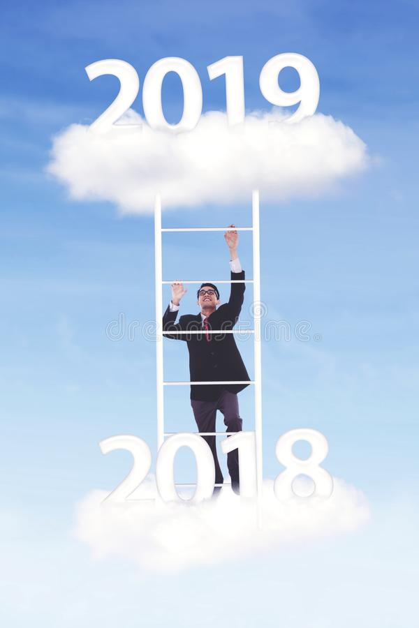 Ο νέος επιχειρηματίας αναρριχείται στον αριθμό το 2019 στοκ φωτογραφία με δικαίωμα ελεύθερης χρήσης