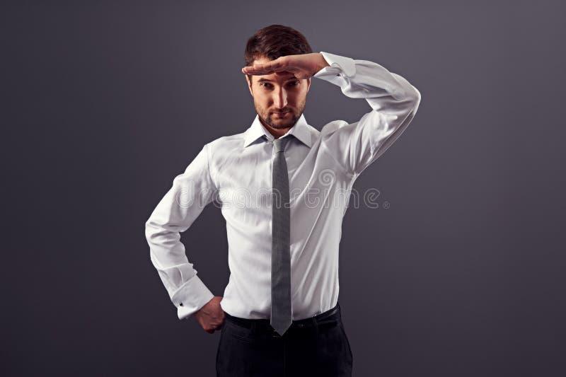 Ο επιχειρηματίας βρίσκει τη νέα θέση στοκ φωτογραφία