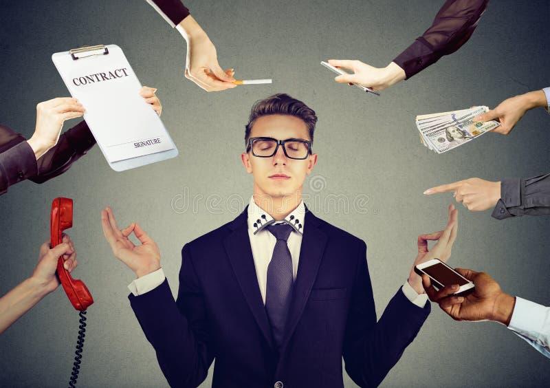Ο νέος επιχειρηματίας για να ανακουφίσει την πίεση της πολυάσχολης εταιρικής ζωής στοκ φωτογραφία με δικαίωμα ελεύθερης χρήσης