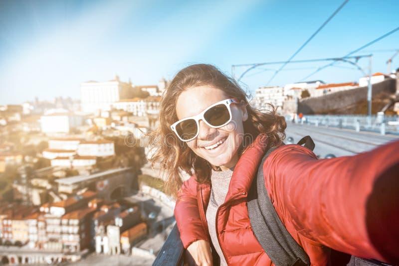 Ο νέος ευτυχής ταξιδιώτης κοριτσιών ταξιδιού γυναικών κάνει selfie σε ένα smartph στοκ φωτογραφίες με δικαίωμα ελεύθερης χρήσης