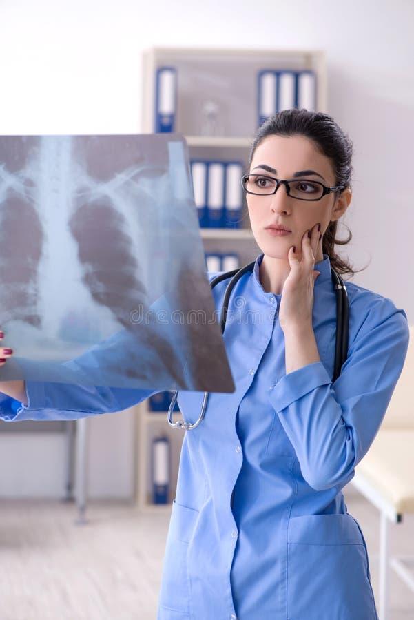 Ο νέος θηλυκός ακτινολόγος γιατρών που εργάζεται στην κλινική στοκ φωτογραφία