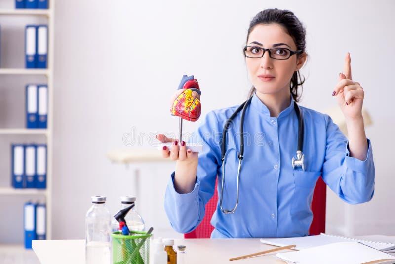Ο νέος θηλυκός γιατρός που εργάζεται στην κλινική στοκ φωτογραφία με δικαίωμα ελεύθερης χρήσης