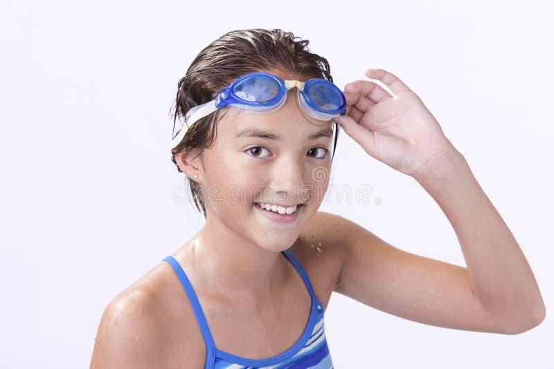 Ο νέος κολυμβητής κρατά τα προστατευτικά δίοπτρά της στοκ φωτογραφίες