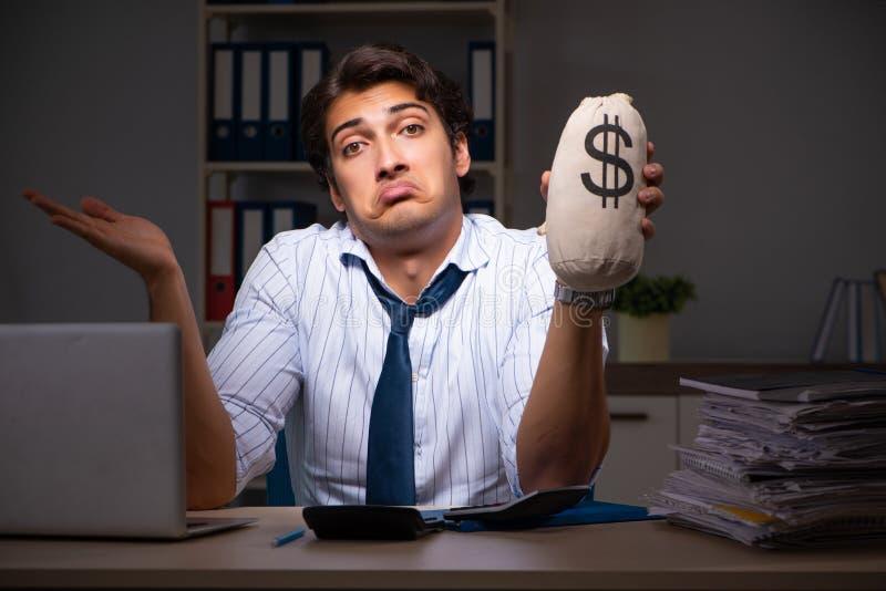 Ο νέος οικονομικός διευθυντής που απασχολείται αργά τη νύχτα σε στην αρχή στοκ εικόνες