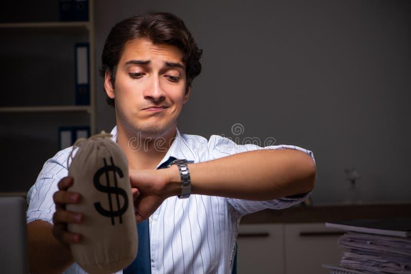 Ο νέος οικονομικός διευθυντής που απασχολείται αργά τη νύχτα σε στην αρχή στοκ φωτογραφία