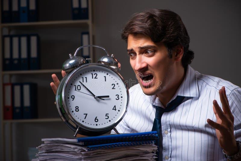 Ο νέος οικονομικός διευθυντής που απασχολείται αργά τη νύχτα σε στην αρχή στοκ εικόνες με δικαίωμα ελεύθερης χρήσης