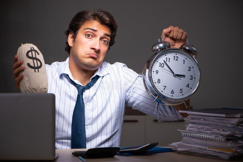 Ο νέος οικονομικός διευθυντής που απασχολείται αργά τη νύχτα σε στην αρχή στοκ φωτογραφίες