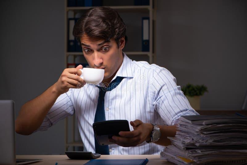 Ο νέος οικονομικός διευθυντής που απασχολείται αργά τη νύχτα σε στην αρχή στοκ εικόνα