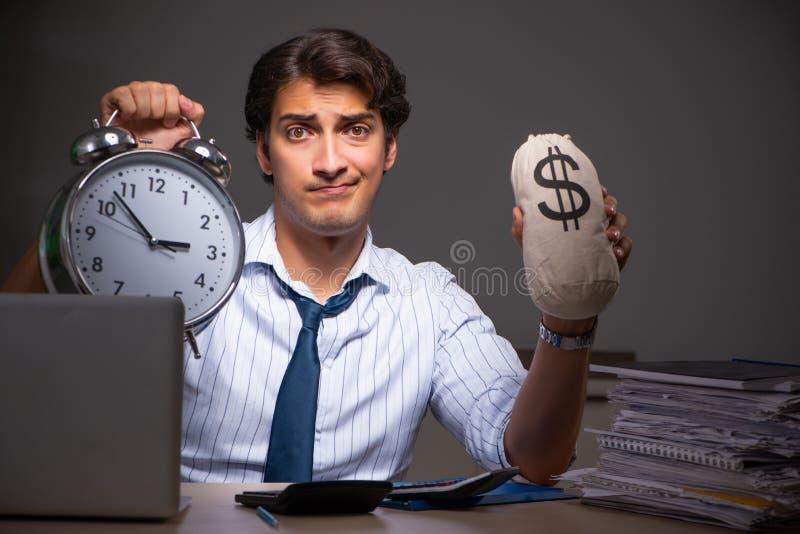 Ο νέος οικονομικός διευθυντής που απασχολείται αργά τη νύχτα σε στην αρχή στοκ φωτογραφία με δικαίωμα ελεύθερης χρήσης