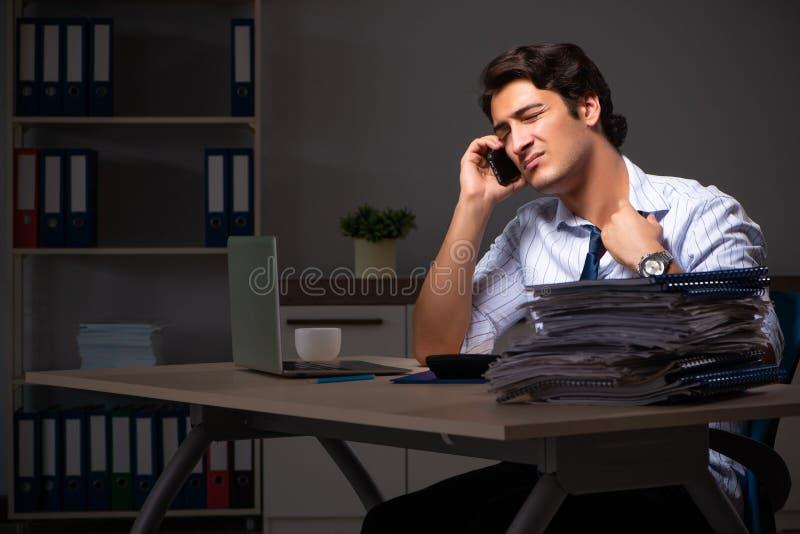 Ο νέος οικονομικός διευθυντής που απασχολείται αργά τη νύχτα σε στην αρχή στοκ εικόνα με δικαίωμα ελεύθερης χρήσης