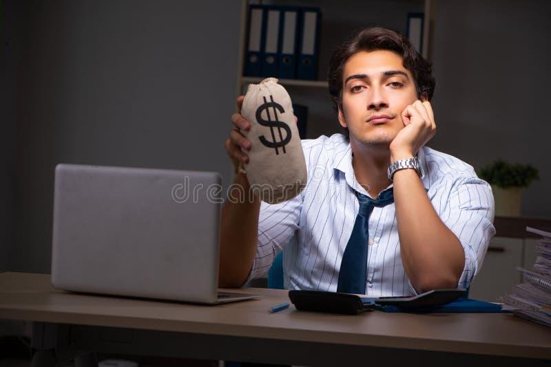 Ο νέος οικονομικός διευθυντής που απασχολείται αργά τη νύχτα σε στην αρχή στοκ φωτογραφίες με δικαίωμα ελεύθερης χρήσης