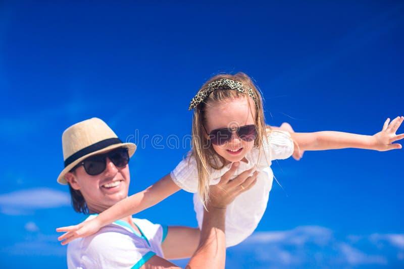Ο νέος πατέρας και η λατρευτή μικρή κόρη του έχουν τη διασκέδαση στις τροπικές διακοπές παραλιών στοκ φωτογραφίες