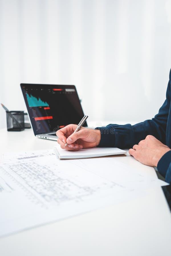 Ο νέος σχεδιαστής αρχιτεκτόνων που χρησιμοποιούν το σημειωματάριο και το lap-top και αναλύουν whine σχεδίων σχεδίων τη συνεδρίαση στοκ φωτογραφίες με δικαίωμα ελεύθερης χρήσης
