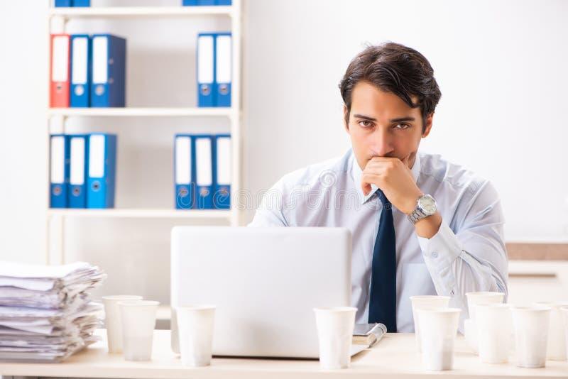 Ο νέος υπάλληλος έθισε στον καφέ στοκ εικόνες με δικαίωμα ελεύθερης χρήσης