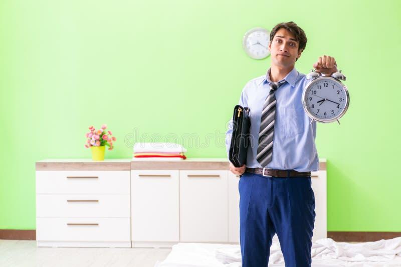 Ο νέος υπάλληλος επιχειρηματιών αργά για το γραφείο στοκ φωτογραφία με δικαίωμα ελεύθερης χρήσης