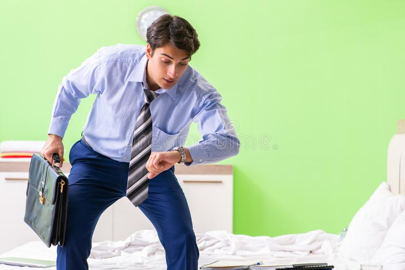 Ο νέος υπάλληλος επιχειρηματιών αργά για το γραφείο στοκ εικόνα με δικαίωμα ελεύθερης χρήσης
