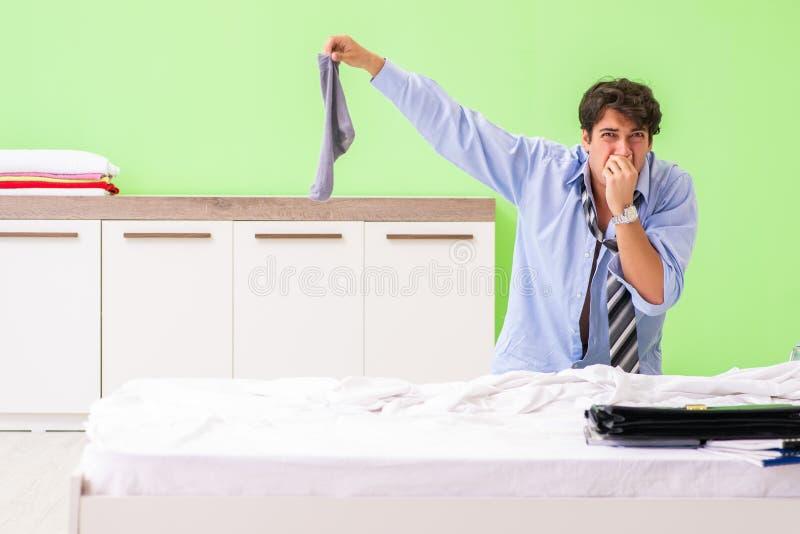 Ο νέος υπάλληλος επιχειρηματιών αργά για το γραφείο στοκ φωτογραφίες