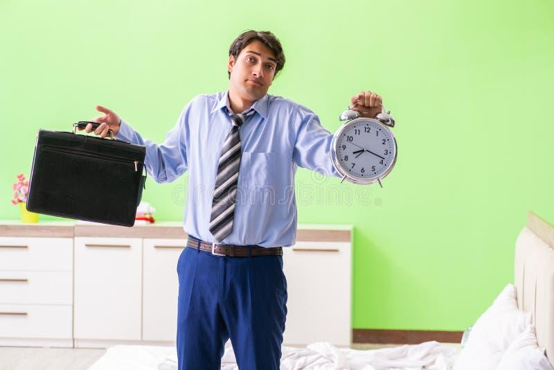 Ο νέος υπάλληλος επιχειρηματιών αργά για το γραφείο στοκ εικόνα