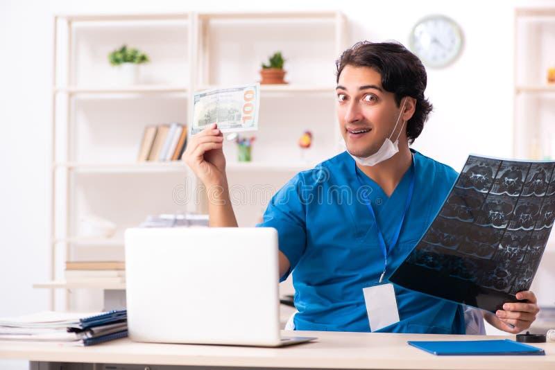 Ο νέος όμορφος ακτινολόγος γιατρών που εργάζεται στην κλινική στοκ εικόνα με δικαίωμα ελεύθερης χρήσης