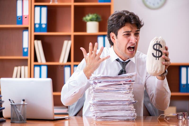 Ο νέος όμορφος επιχειρηματίας δυστυχισμένος με την υπερβολική εργασία στοκ φωτογραφίες με δικαίωμα ελεύθερης χρήσης