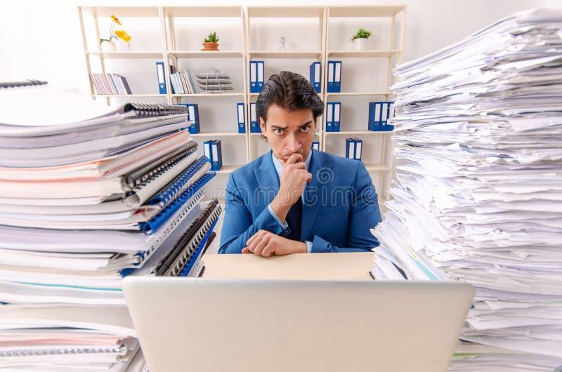 Ο νέος όμορφος επιχειρηματίας δυστυχισμένος με την υπερβολική εργασία στοκ φωτογραφία με δικαίωμα ελεύθερης χρήσης