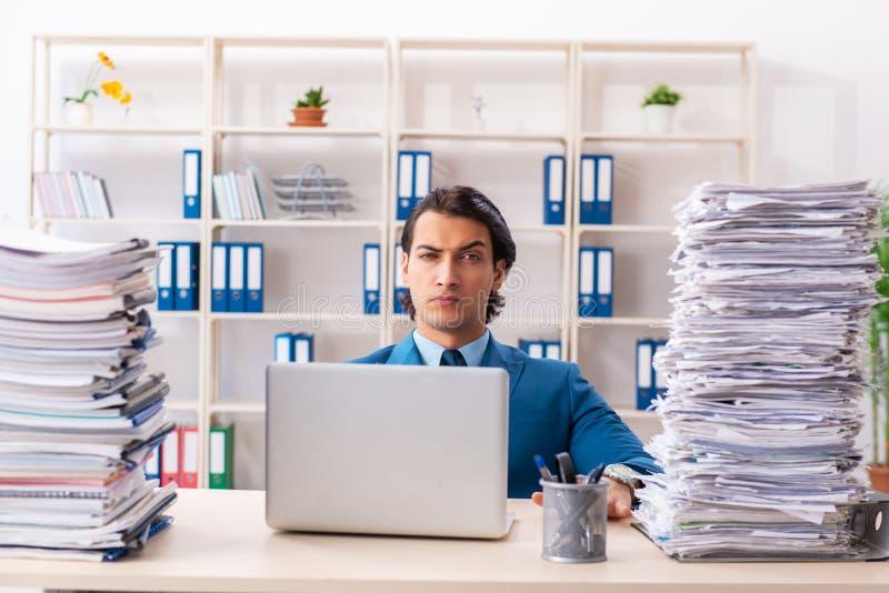 Ο νέος όμορφος επιχειρηματίας δυστυχισμένος με την υπερβολική εργασία στοκ φωτογραφίες