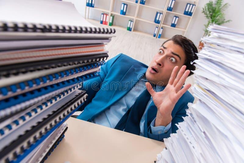 Ο νέος όμορφος επιχειρηματίας δυστυχισμένος με την υπερβολική εργασία στοκ εικόνες με δικαίωμα ελεύθερης χρήσης