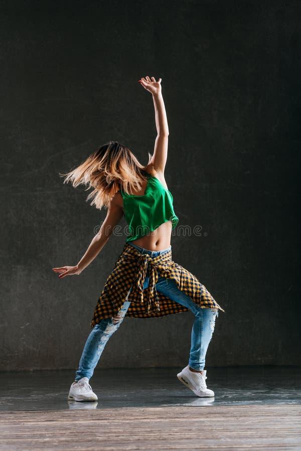 Ο νέος όμορφος θηλυκός χορευτής θέτει στο στούντιο στοκ φωτογραφίες με δικαίωμα ελεύθερης χρήσης
