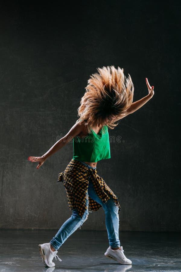 Ο νέος όμορφος θηλυκός χορευτής θέτει στο στούντιο στοκ φωτογραφίες