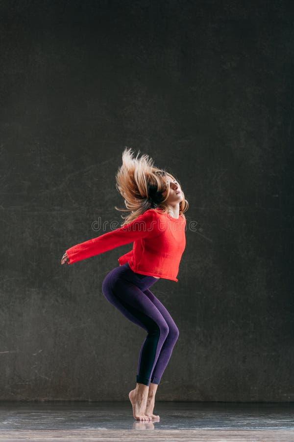 Ο νέος όμορφος θηλυκός χορευτής θέτει στο στούντιο στοκ εικόνες με δικαίωμα ελεύθερης χρήσης
