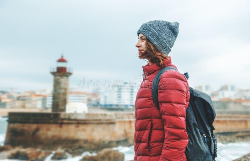 Ο νέος όμορφος ταξιδιώτης κοριτσιών με ένα σακίδιο πλάτης στέκεται ενάντια στοκ εικόνες με δικαίωμα ελεύθερης χρήσης