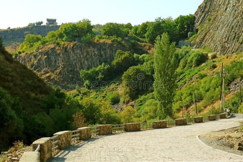 Ο Ναός του Garni στο Hilltop View από το Garni Gorge με μέρος της Συμφωνίας των Πετρών, Αρμενία στοκ εικόνες
