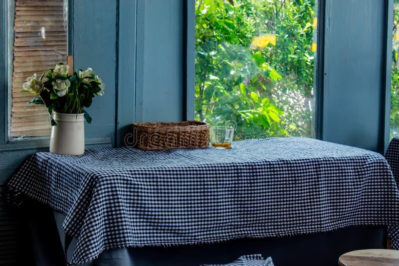 Ο να δειπνήσει πίνακας, τραπεζομάντιλο και βαλμένος ένα βάζο των λουλουδιών στοκ φωτογραφίες με δικαίωμα ελεύθερης χρήσης