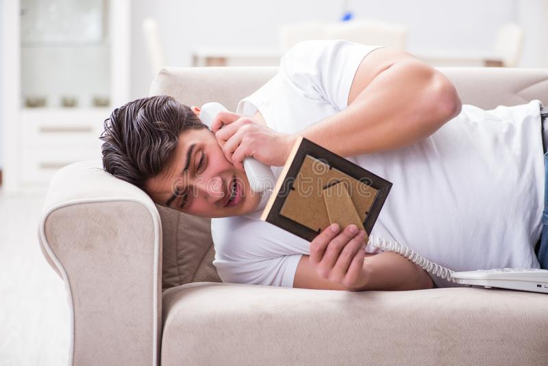 Ο νεαρός άνδρας δυστυχισμένος στη σπασμένη έννοια αγάπης στοκ εικόνα με δικαίωμα ελεύθερης χρήσης