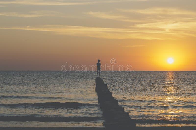 Ο νεαρός άνδρας ισορροπεί σε έναν βουβώνα στοκ εικόνα με δικαίωμα ελεύθερης χρήσης
