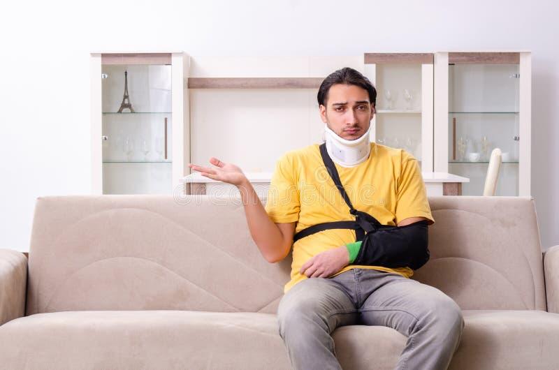 Ο νεαρός άνδρας μετά από το τροχαίο που υποφέρει στο σπίτι στοκ φωτογραφία