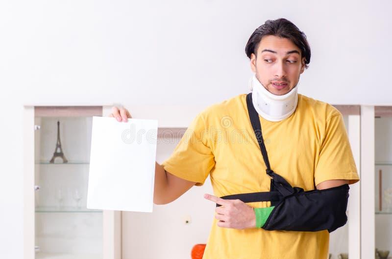 Ο νεαρός άνδρας μετά από το τροχαίο που υποφέρει στο σπίτι στοκ εικόνες με δικαίωμα ελεύθερης χρήσης