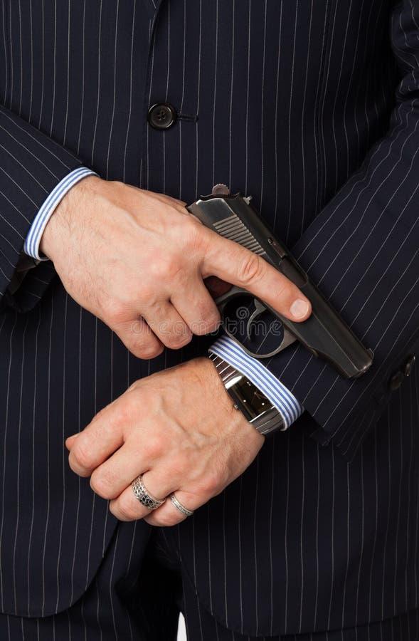 Ο νεαρός άνδρας με ένα πιστόλι στοκ φωτογραφία με δικαίωμα ελεύθερης χρήσης
