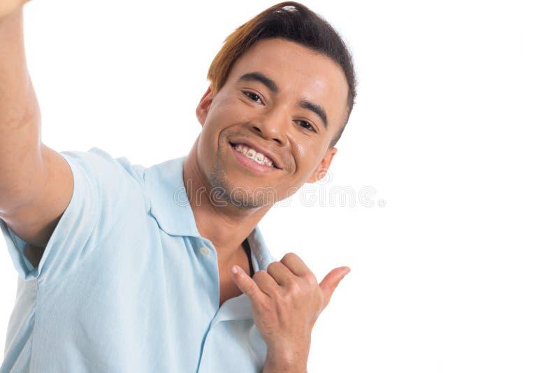 Ο νεαρός άνδρας με τα στηρίγματα στα δόντια του κάνει selfie Νέο μαύρο wea στοκ φωτογραφίες με δικαίωμα ελεύθερης χρήσης