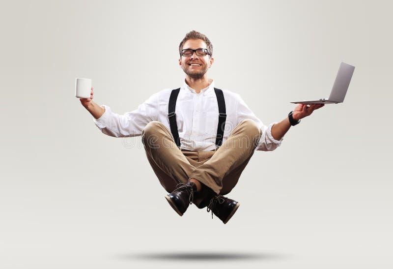 Ο νεαρός άνδρας πετά στα ύψη στον αέρα στοκ φωτογραφία
