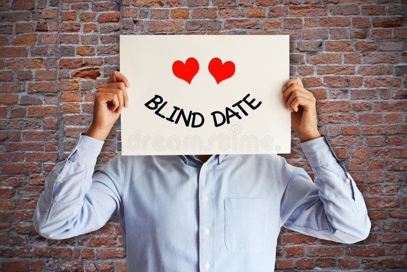 Ο νεαρός άνδρας προετοιμάστηκε για ένα ραντεβού στα τυφλά στοκ φωτογραφία