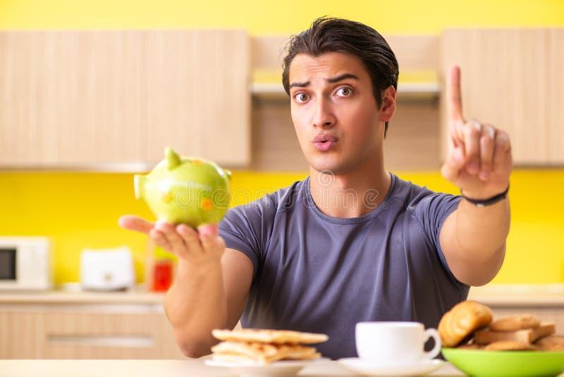 Ο νεαρός άνδρας στην ανθυγειινή έννοια τροφίμων στοκ φωτογραφία με δικαίωμα ελεύθερης χρήσης