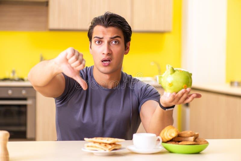 Ο νεαρός άνδρας στην ανθυγειινή έννοια τροφίμων στοκ φωτογραφία