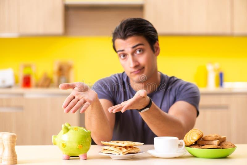 Ο νεαρός άνδρας στην ανθυγειινή έννοια τροφίμων στοκ φωτογραφίες